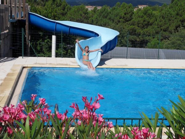 Schwimmbad mit Rutsche